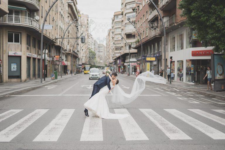 Foto de novios en la Gran Vía de Murcia