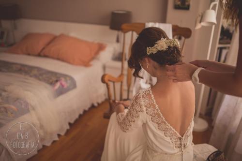 Foto de la madre arreglando el peinado a la novia
