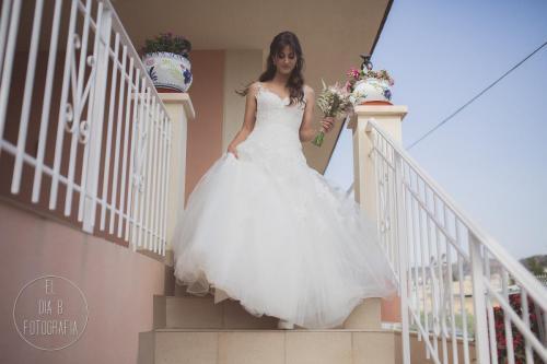 Foto de la novia saliendo de su casa