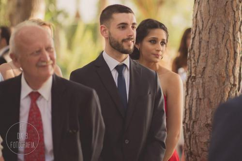 Foto de la hermana de la novia emocionada y casi llorando