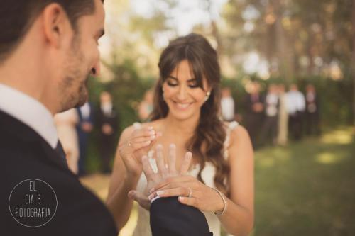 Foto del momento en que la novia pone el anillo al novio