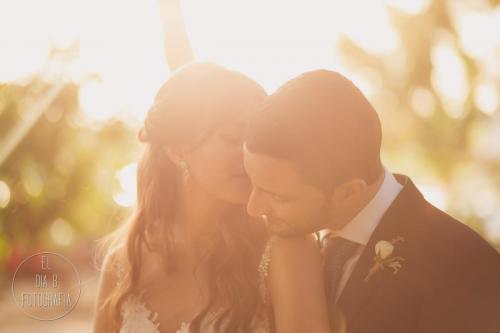 Foto de un momento de íntimo de los novios recién casados