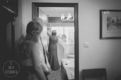 Foto de la novia preparándose para vestirse