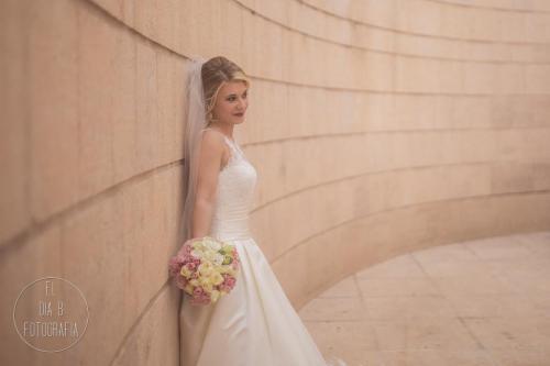 Foto de novia posando en el centro de Murcia después de la boda