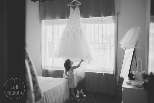 Foto de la damita admirando el vestido de novia