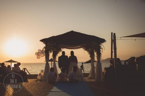 Foto de novios casándose en el Parador de La Manga al atardecer
