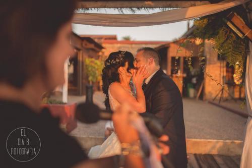 Foto del beso de los novios al atardecer en el Parador de La Manga
