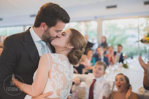 Foto del beso de los novios ante su familia en Molina Real
