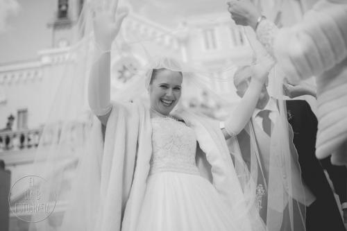 Foto de la novia colocándose el velo antes de entrar a la iglesia