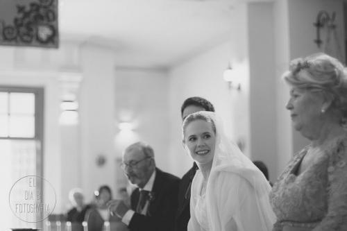 Foto de la novia escuchando la música en directo de su boda