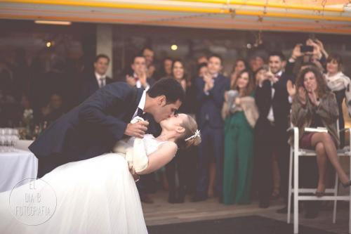 Foto de los novios terminando el baile con un beso en el Batel