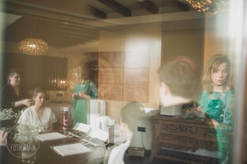 Foto de la novia arreglándose en el Hotel Executive Sport