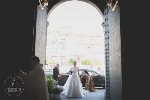 Foto de la novia en la puerta de la iglesia