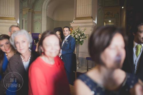 Foto del novio nervioso esperando a la novia