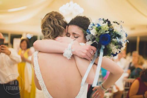 Foto de la novia dando el ramo a su hermana