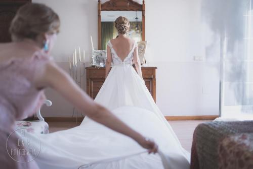 Foto de la novia terminando de preparase para salir de su casa