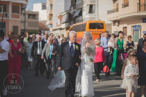 Foto de la novia paseando hasta la iglesia