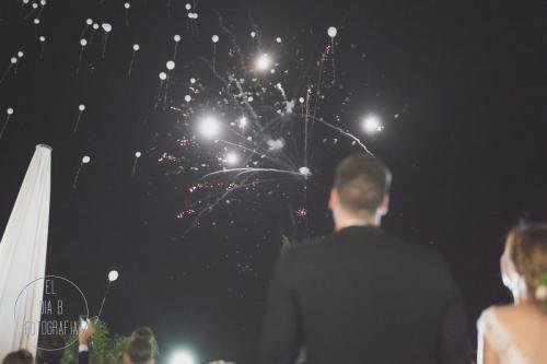 Foto de los novios viendo los fuegos artificiales y la suelta de globos