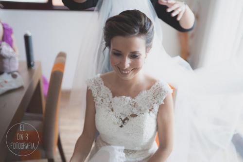 Foto de la peluquera colocando el velo a la novia